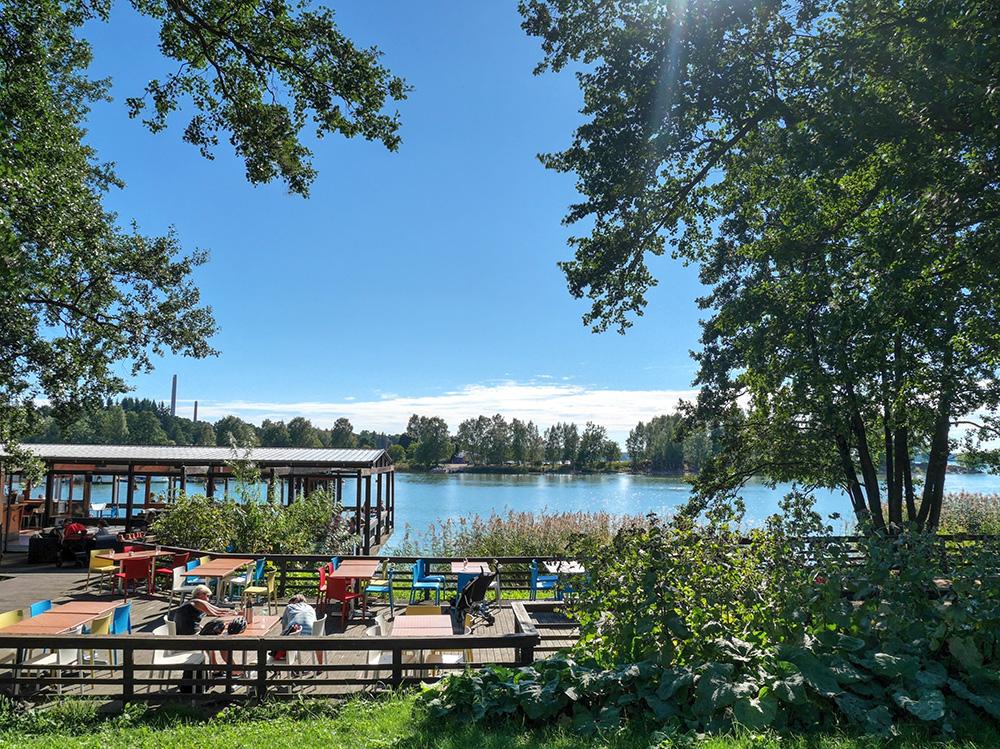 フィンランドの湖に面したカフェ