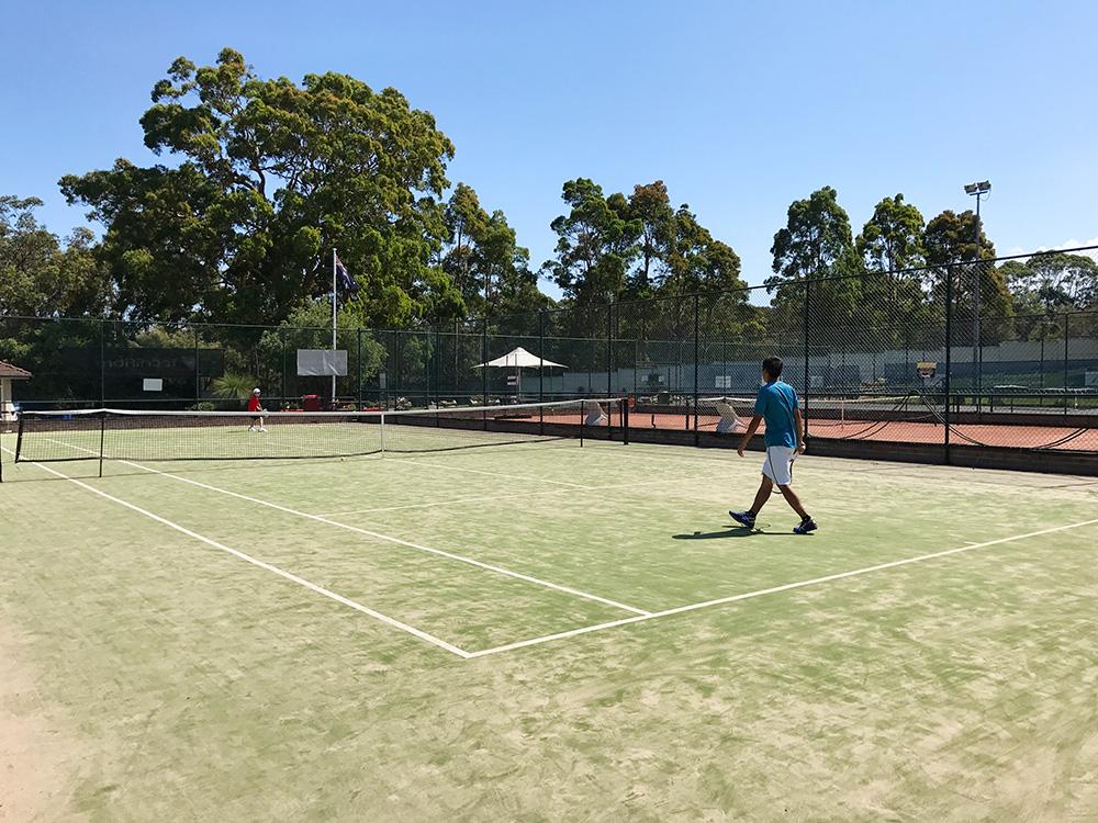テニススクールに通う息子